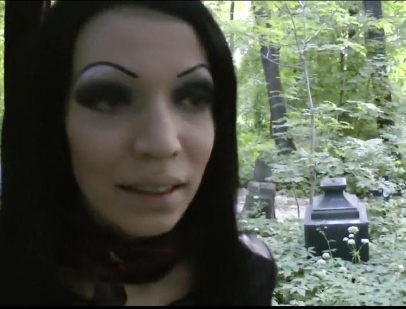 Adolescente Satânica Dando o Cuzinho Dentro do Cemitério Video Amador
