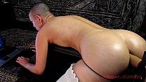 Novinha careca dilatando seu cuzinho