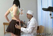 Ginecologista abusando da novinha gostosa em video porno