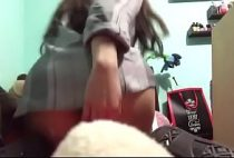 Novinha estudante abrindo o cuzinho e a busetinha rosada