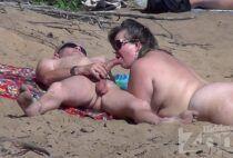 Branquinha cachorrona fazendo um boquete na praia