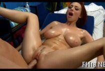 Ruivinha enlouquecendo de prazer na massagem erótica